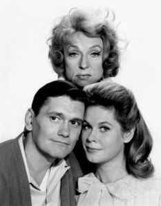 640px-Agnes_Moorehead_Dick_York_Elizabeth_Montgomery_Bewitched_1964