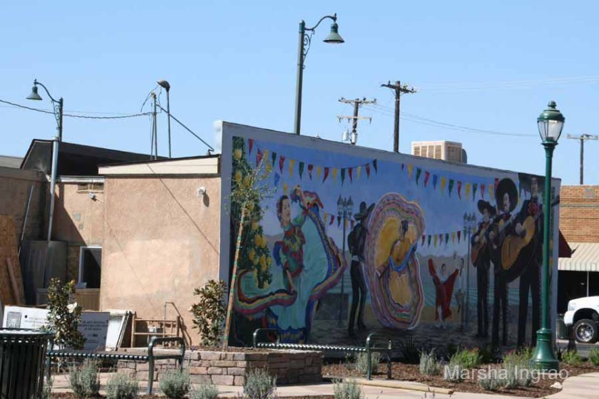 Mural next to Woodlake Plaza